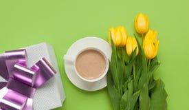 郁金香花束和礼物用咖啡 库存照片