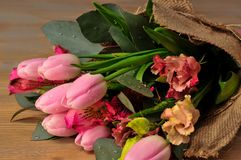 郁金香花束在桌上的与笔记 免版税库存照片