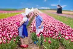 郁金香领域的荷兰孩子 库存照片