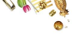 郁金香,金订书机,铅笔 表视图 时尚静物画  平的位置 库存图片
