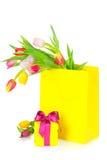 郁金香贺卡、花束和礼物盒 免版税库存照片