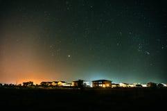 郊区住宅房子在晚上 免版税库存图片
