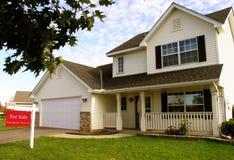 郊区房子的销售额 免版税库存照片