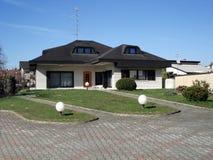 郊区的房子 免版税库存照片