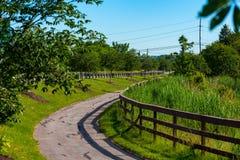 郊区自行车道路 免版税库存图片
