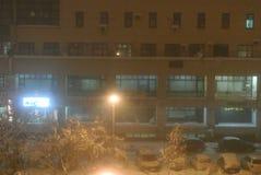 郊区购物中心在冬天夜 免版税图库摄影