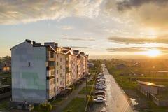 郊区风景,公寓 沿坏路的停放的汽车在天空蔚蓝拷贝空间背景的春日 免版税图库摄影