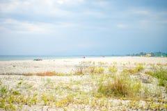 部分在沙滩的多云天在Paralia卡泰里尼,爱琴海,希腊 免版税库存图片
