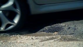 部分在路的固定的孔,当汽车驾驶时 股票视频