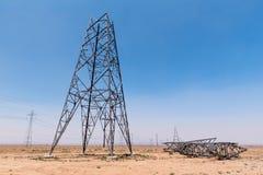 部分地被修建的电子塔在沙漠 免版税库存照片