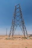 部分地被修建的电子塔在沙漠 库存照片