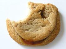 部分地被吃的腐蚀焦糖曲奇饼 库存图片