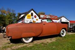 部分地被恢复的1954年雪佛兰敞篷车 免版税库存图片