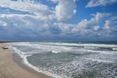 部分多云在含沙海岸 库存图片