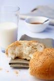部分大面包用芝麻和牛奶 免版税库存照片