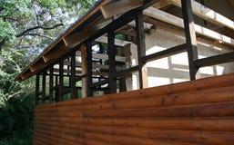 部分被修建的木瑞士山中的牧人小屋 库存图片