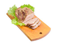 部分被切的被烘烤的猪肉脖子和莴苣在切板 免版税图库摄影