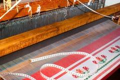 部分被编织的地毯,在织布机的地毯显示羊毛堆,基础 免版税库存图片