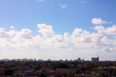部分晴朗的地平线视图在迈阿密佛罗里达 免版税库存照片