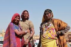 部族妇女在传统Rajasthani服装装饰了 免版税库存图片