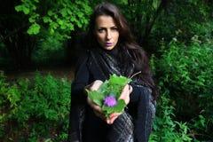 部族妇女给森林提供 免版税库存图片