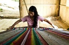 部族妇女织布工