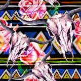 部族样式-动物头骨 与时髦部族设计的无缝的背景 水彩 免版税图库摄影