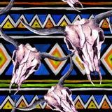 部族样式-动物头骨 与时髦部族设计的无缝的背景 水彩 库存照片