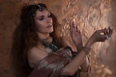 部族舞蹈家,种族样式的美丽的妇女在织地不很细背景 免版税库存图片
