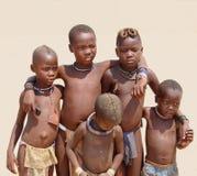 部族非洲儿童朋友手机,纳米比亚 库存照片