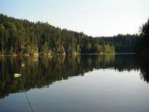 部署的ŘÃmov水库和以刺网捕鱼 库存图片