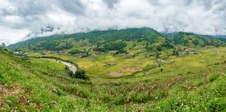 部落村庄和河观点全景谷的在Sapa 库存图片
