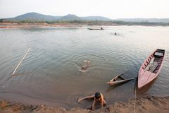 部落游泳和使用在summe的湄公河的Bru孩子 库存照片