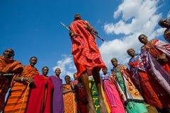 部落马塞人的人显示礼节跃迁 免版税图库摄影