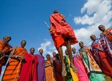 部落马塞人的人显示礼节跃迁 免版税库存图片