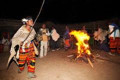 部落Dorze的舞蹈家在阿尔巴Minch附近的,在南埃塞俄比亚 免版税图库摄影