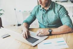 部门经济学家运作的木表膝上型计算机现代室内设计顶楼地方 商人工作Coworking演播室 人 免版税库存照片