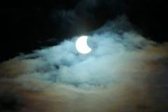 部份日蚀20 03 2015年在一多云天 科学背景,天文学现象 免版税库存照片