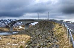 部份看法登高著名和显耀的Fredvang桥梁在挪威在Lofoten海岛 库存照片
