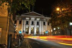 都伯林市政厅在夜、光亮的红绿灯和颜色里点燃并且落后交通,都伯林,爱尔兰 库存照片