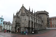 都伯林爱尔兰, 2018年2月02日:Street,都伯林,爱尔兰贵妇人都柏林堡社论照片  库存照片