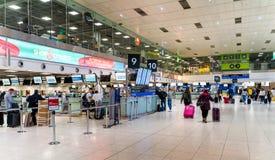 都伯林,爱尔兰,5月2019年都伯林机场终端1,检查他们的飞行的人们 库存照片