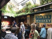 都伯林,爱尔兰- 2017年8月3日:寺庙酒吧,在t的最旧的酒吧 免版税库存图片