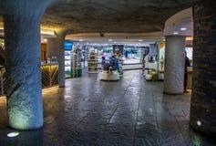 都伯林,爱尔兰- 2017年2月17日:莫赫悬崖吸引力 在礼品店里面的看法在地面下 库存照片
