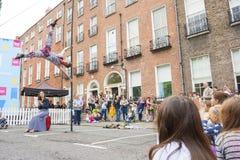 都伯林,爱尔兰- 7月13 :杂技演员在Laya医疗保健城市 库存照片