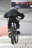 都市下坡骑自行车 图库摄影