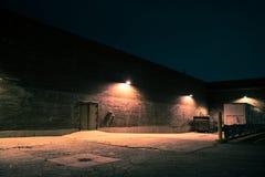 都市仓库大厦在晚上 库存图片