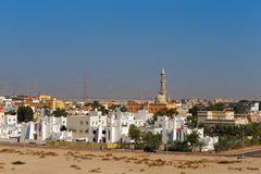 都市住房和地方清真寺郊区看法在阿布扎比,阿拉伯联合酋长国 库存照片