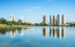 都市公园的湖在一个美好的晴天 库存图片