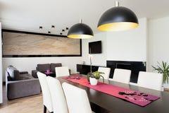都市公寓-有桌的客厅 免版税库存图片
